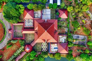 Photo aérienne d'une maison avec un jardin