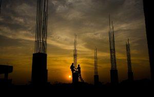 Photo d'un coucher de soleil avec une armature métallique d'un bâtiment