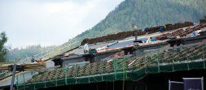 Photo de couvreurs travaillant sur un toit