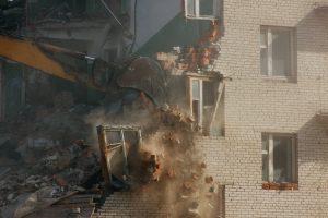 Photo de la démolition d'une façade d'un bâtiment