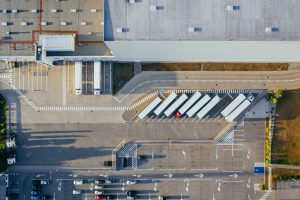 Photo d'un entrepôt avec des camions vu du ciel