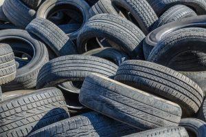 Photo de pneus entassés