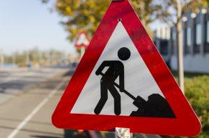 Photo d'un panneau de travaux au bord d'une route